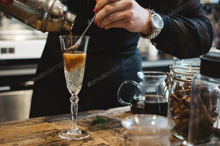 Barkeeper zubereitet Espresso Tonic