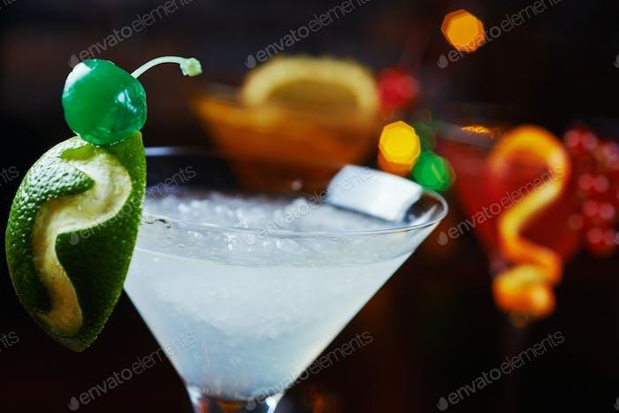 helles schönes helles Glas alkoholischen Cocktail oder Limonade auf einem Tisch in einer Bar. weicher Fokus.