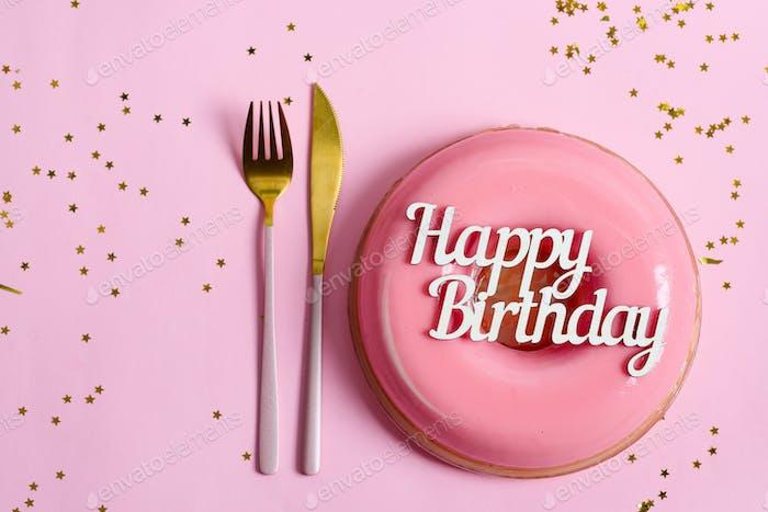 Text Happy Birthday über frisch gekochtes hausgemachtes Obst glasiert Dessert auf einem rosa Hintergrund mit