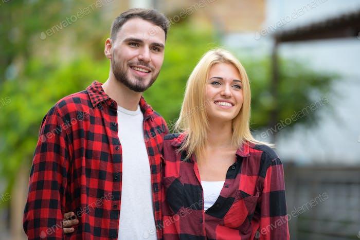 молодой пару вместе в в улицы на открытом воздухе