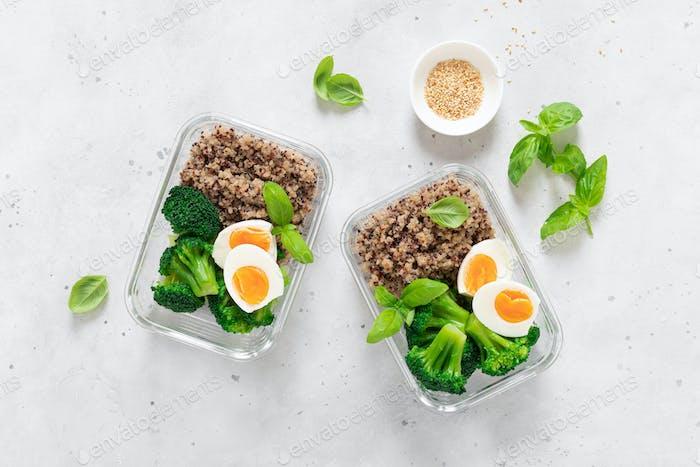 Lunchboxen mit Brokkoli, Quinoa und Ei, gesundes Essen, ausgewogenes Esskonzept, Draufsicht