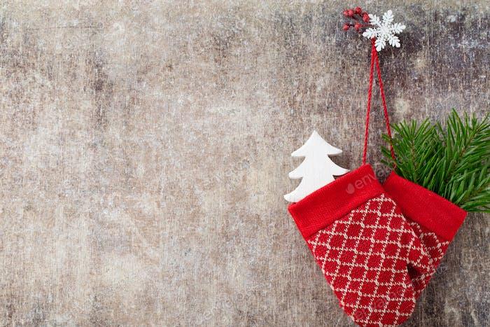 Kinderhandschuhe im Hintergrund mit Weihnachtsdekoren.