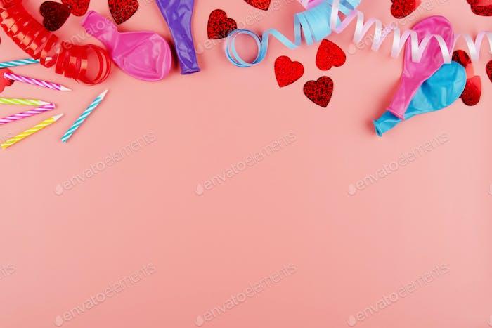 Festliche Jubiläumsvorbereitung Lametta mit Ballons und Kerzen auf rosa Hintergrund. Platz für Text