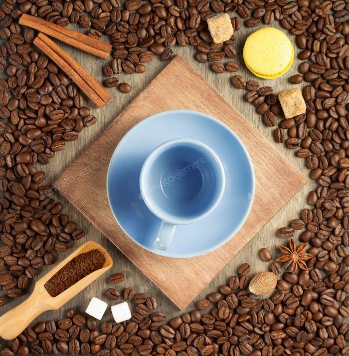 Tasse Kaffee und Bohnen auf Holzhintergrund