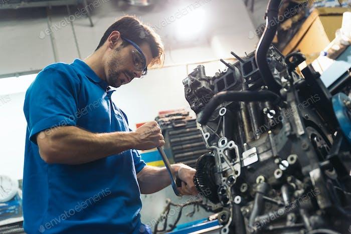 Professionelle Mechaniker Reparatur Auto Motor.