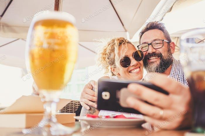 Glückliche Menschen erwachsenes Paar tun Video anruf