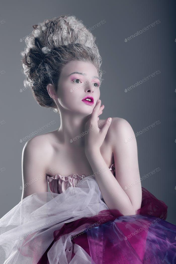 Stilisierung. Ausdrucksstarke Frau mit Dramatisch Make-up
