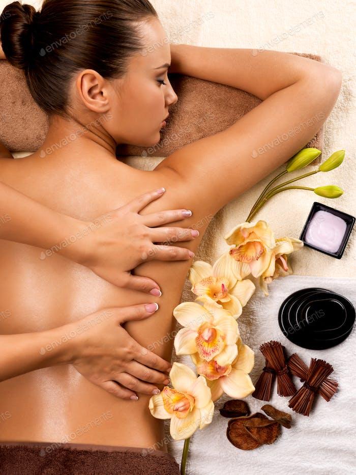 Frau auf gesunde Massage des Körpers im Spa-Salon.