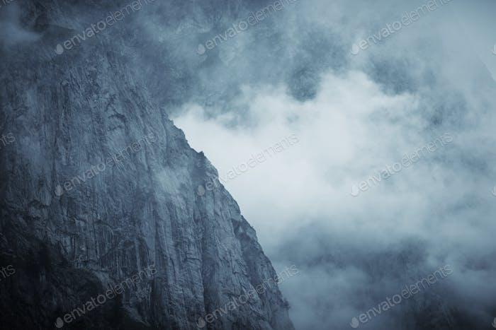 Dramatisch Nebel Berg