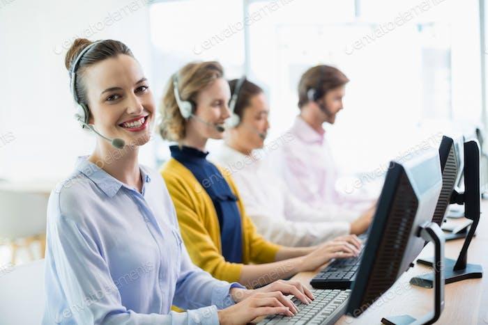 Kundenservice-Führungskräfte, die im Callcenter arbeiten