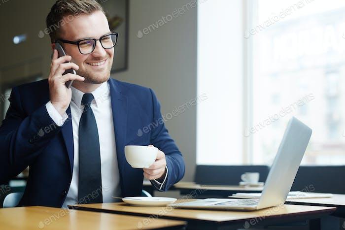 Mitarbeiter am Telefon