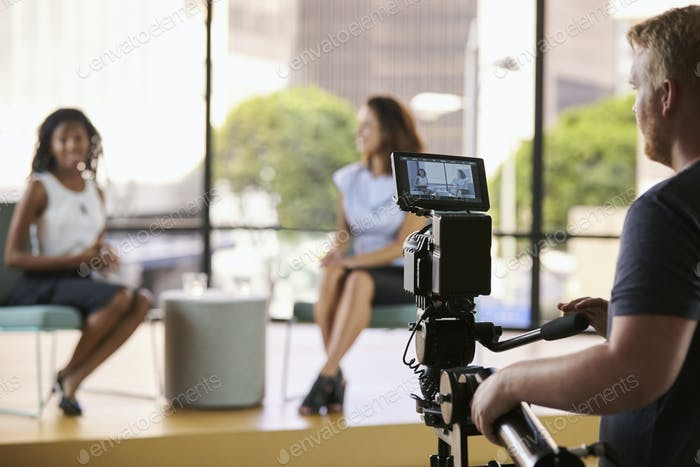 Zwei junge Frauen am Set für TV-Interview, Fokus auf den Vordergrund