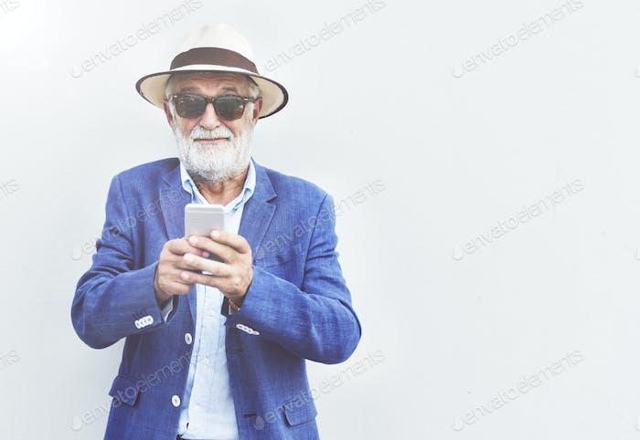 Senior Man Handy Kommunikation Verbindungstechnologie Conc