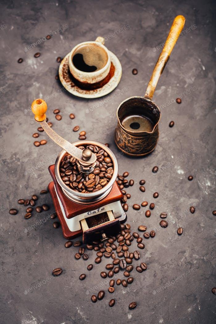 Molinillo, cezve y granos de café