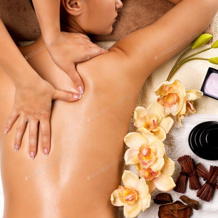 Frauen gesunden Körper immer Massage im Spa-Salon.