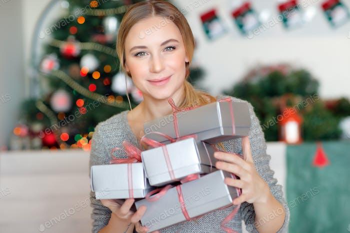 Hübsches Mädchen mit Geschenken