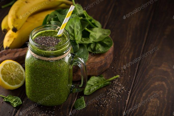 Batido verde saludable con espinacas en tarro de vidrio