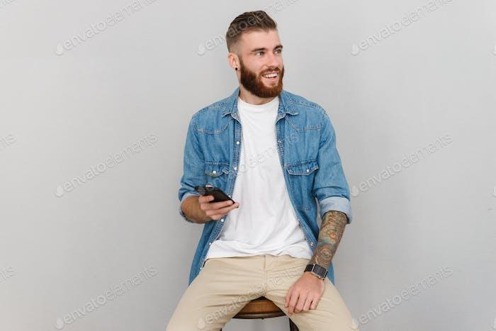 Retrato de un hombre joven guapo que llevaba ropa casual