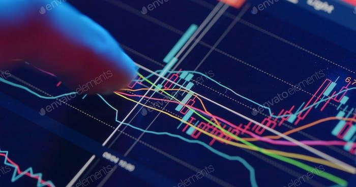 Análisis bursátil en tableta digital