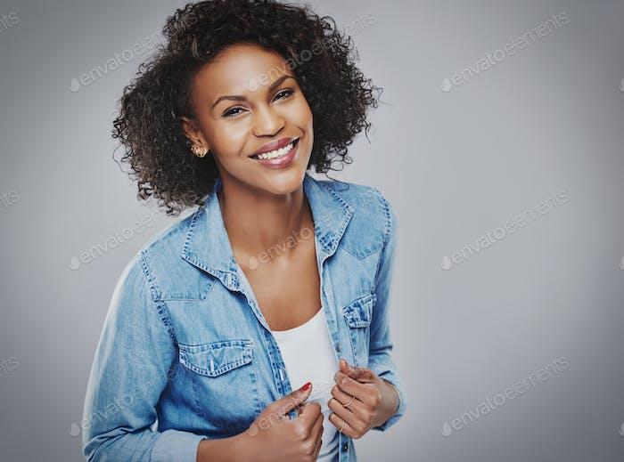 Hübsche lächelnde Frau in blauem Denim