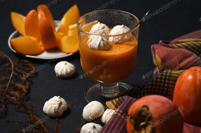 Dessert mit Persimmon Obst und Baiser