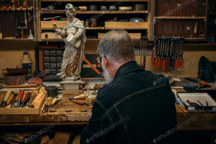 Profesional de talla de madera superior durante Trabajo