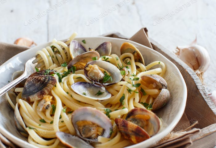 Linguini with clams