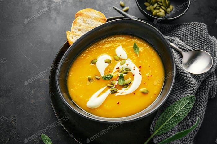 Kürbis cremige Suppe in Schüssel serviert