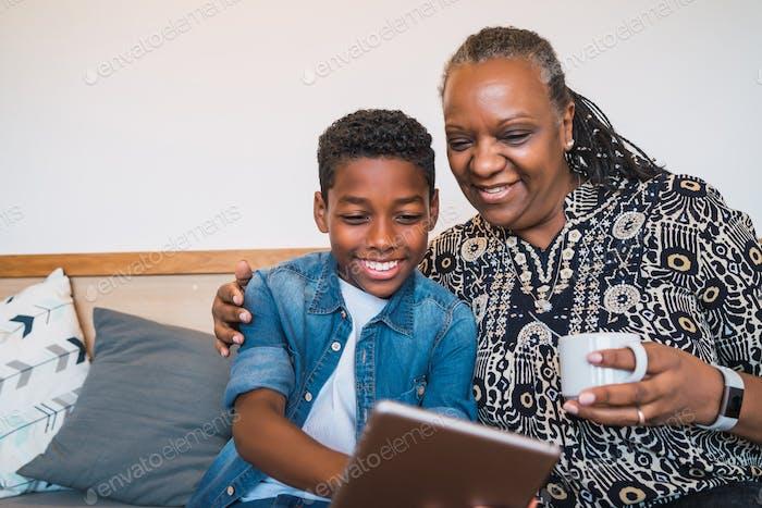 Großmutter und Enkelkind nehmen Selfie mit Tablette.