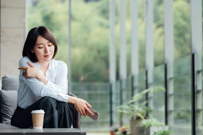 Asiatische Geschäftsfrau am Bürofenster