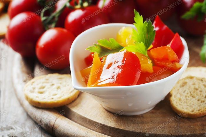Italienische süß-saure Paprika mit Brot und Tomate