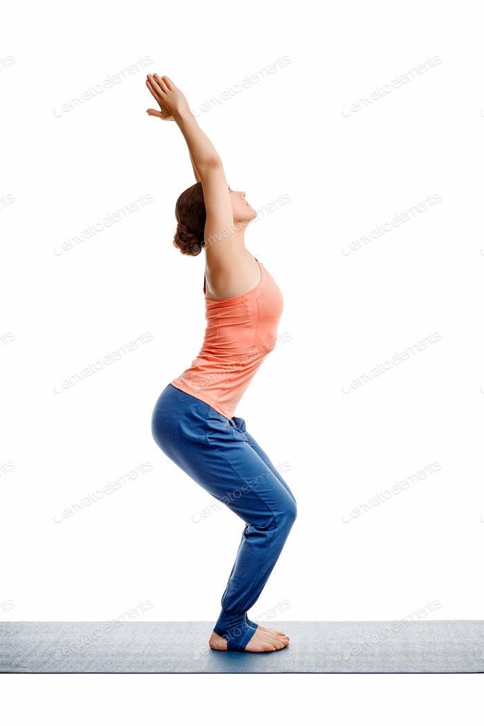 Frau tut ashtanga vinyasa yoga asana utkatasana