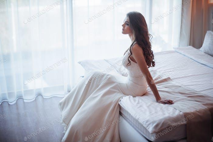 Невеста сидит на кровати