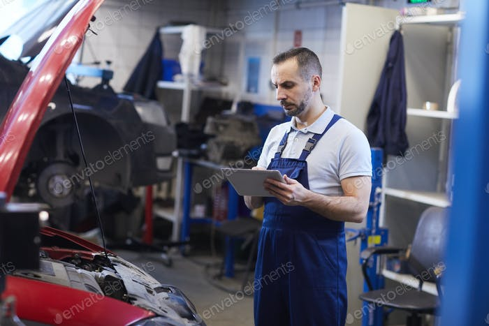 Mechaniker Inspektion Auto in Auto Shop