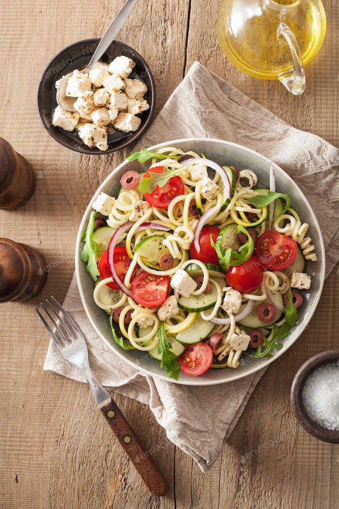 Spiralisierter Zucchini Salat griechischen Stil mit Tomaten Feta-Oliven c