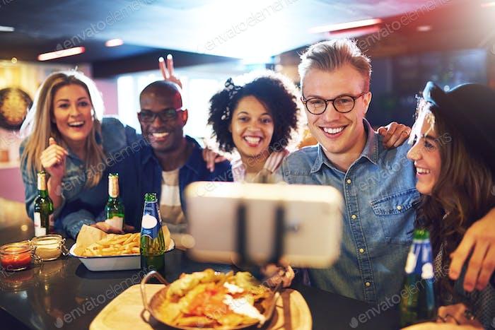Menschen in bar tun selfie und lächelnd
