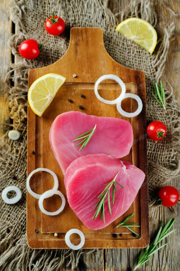 Thunfischsteak roh mit Zitrone, Rosmarin, Tomaten und Pfeffer