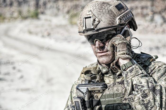 Armee Soldat ruft