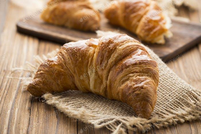Frisch gebackenes Butter-Croissant. Studio Foto.