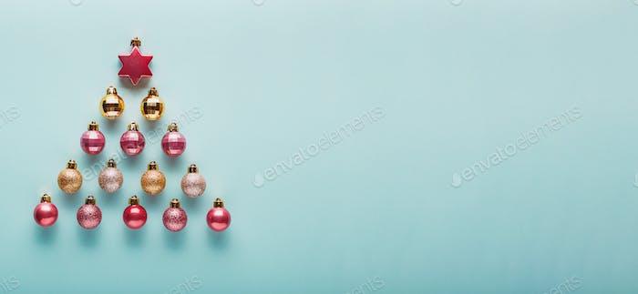 Viele Weihnachtskugeln von rosa und goldenen Farbe.