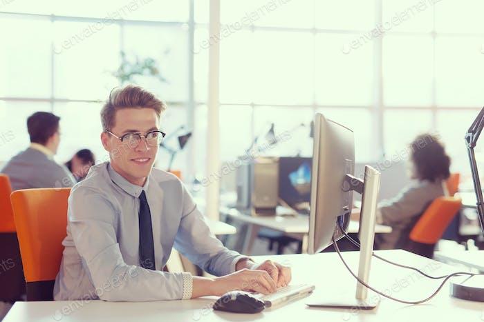Geschäftsmann arbeitet mit einem Computer im Startup-Büro