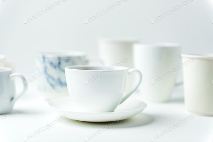 Nahaufnahme von Kaffeetassen auf weißem Tisch