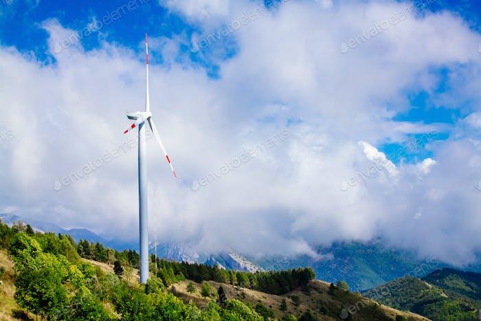 Luftaufnahme der Windkraftanlage. Windkraftanlagen in grüner Sommerlandschaft mit Wolken.