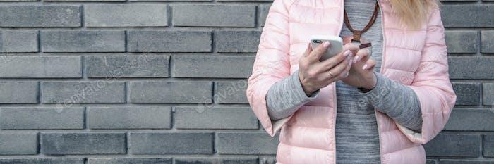 Modische Frau mit Smartphon