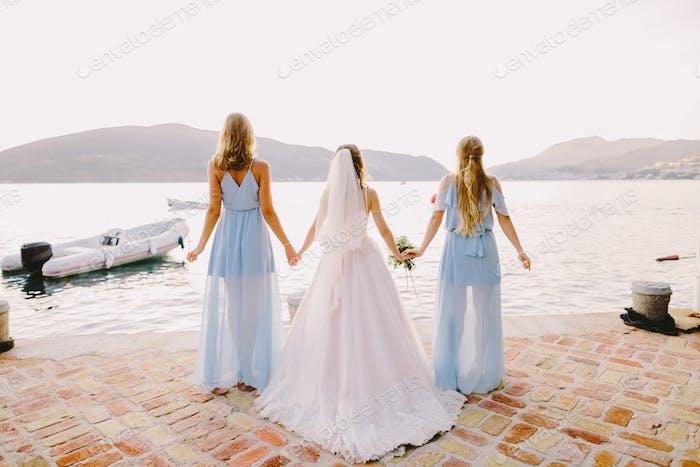 Brautjungfern und Braut am Strand