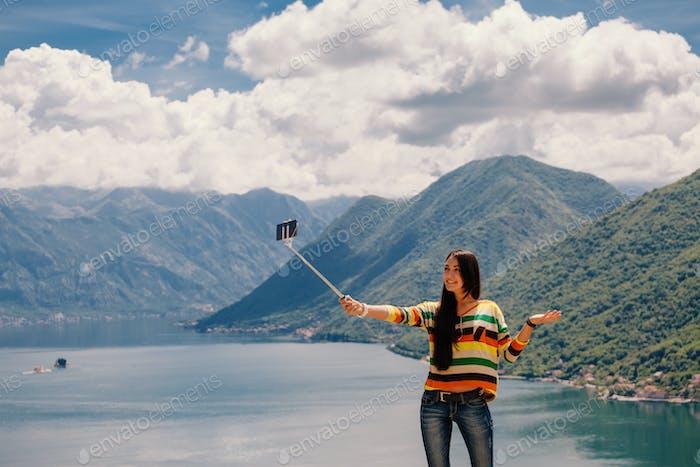 attraktive Frau touristische Reisen und Foto Selfie in schöner Landschaft