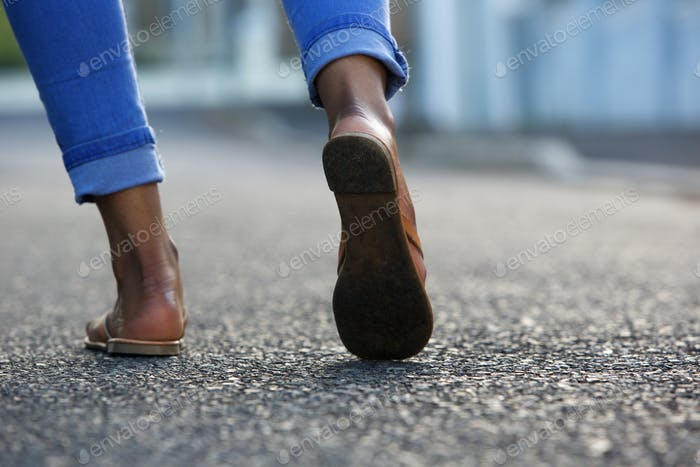 Женщина ходит по улице города