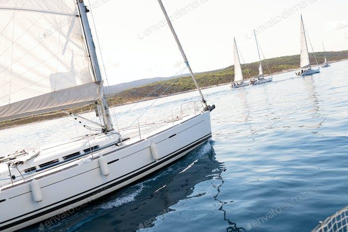 Porträt von Segelbooten auf offener See