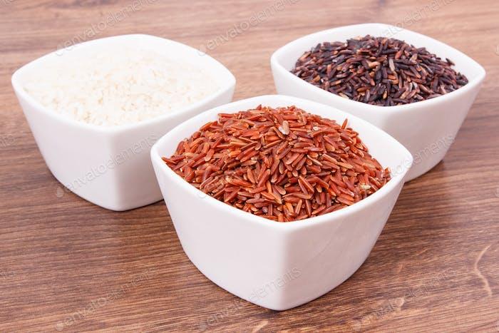 Weißer, roter und schwarzer Reis in Glasschale, gesunde Ernährung und Ernährung