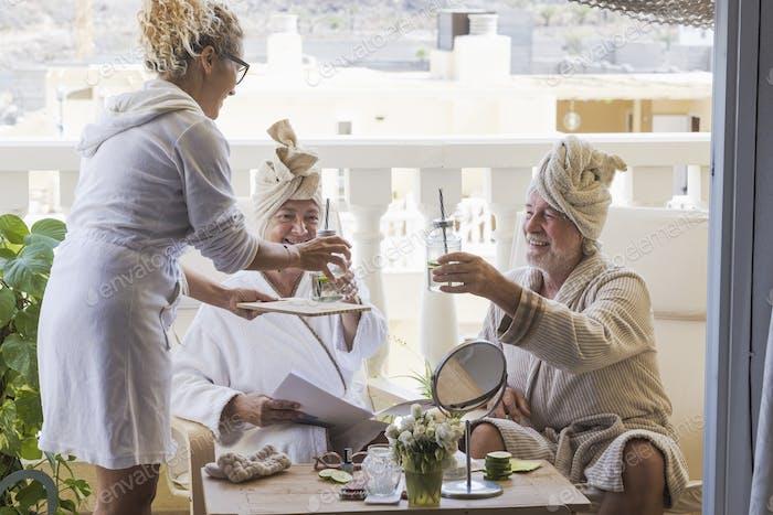 paar Senioren zusammen, die sich in einem Resorthotel mit einer Schönheitsbehandlung vergnügen